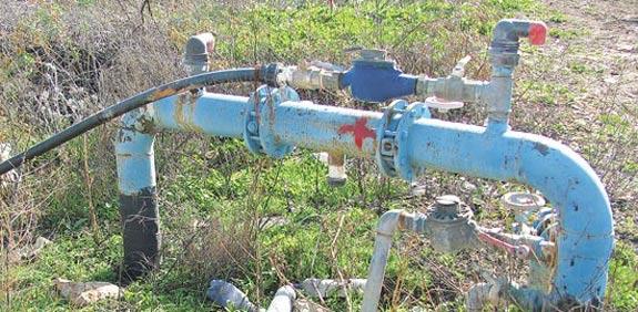 שעון מים צינור מים / צילום: איל יצהר